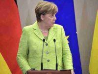 СМИ сообщили о нападении на Меркель у здания Бундестага